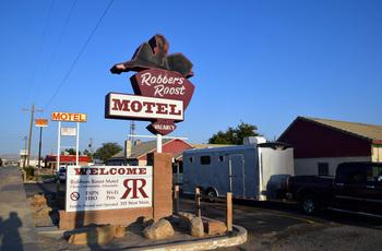 robbers-roost-motel_01.jpg
